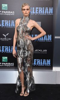 Cara Delevigne con un vestido de lo más futurista