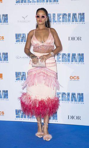 Rihanna con top de flecos y falda con plumas de Prada