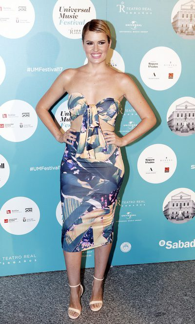 Adriana Abenia con top y falda midi a conjunto