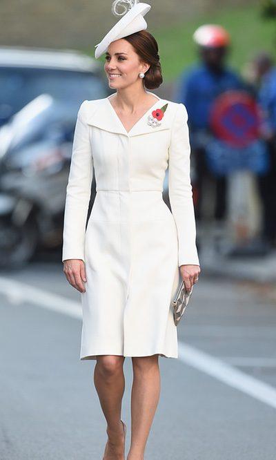 Kate Middleton con broche de amapolas en su paso por Bélgica