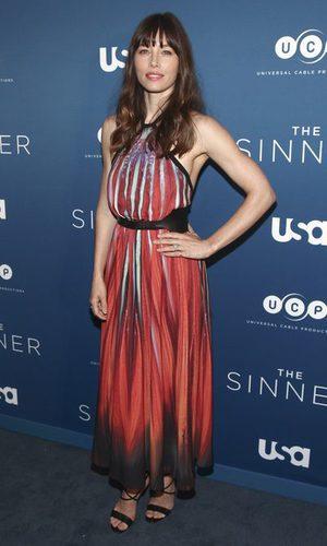 Jessica Biel elige un vestido multicolor de Elie Saab