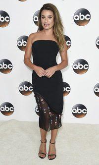 Lea Michele se luce con un elegante vestido negro de cocktail