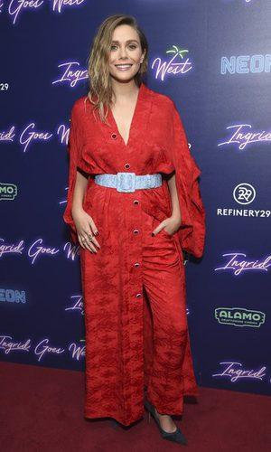 Elizabeth Olsen elige un original conjunto en rojo