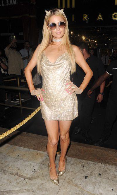 Paris Hilton brilla con un look en dorado