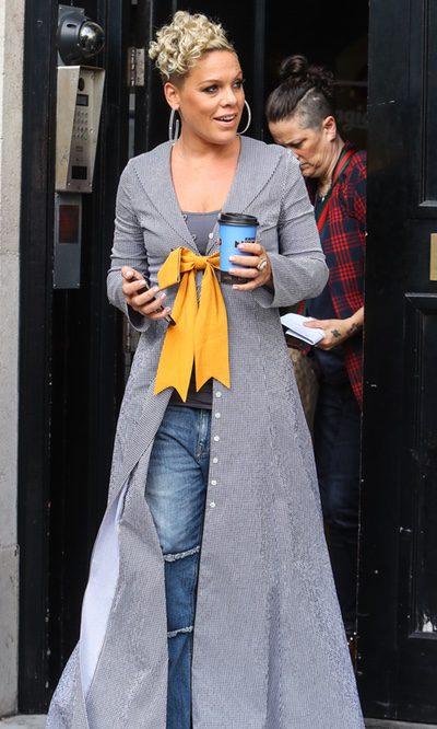 Pink elige una chaqueta oversize con lazo para su paso por Londres