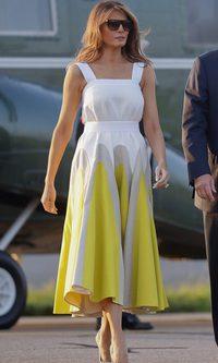 Melania Trump, muy favorecida con un Delpozo en amarillo