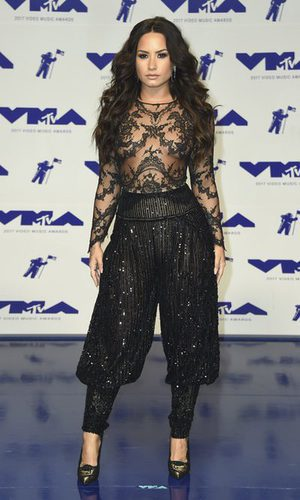 Demi Lovato no convence con las lentejuelas negras