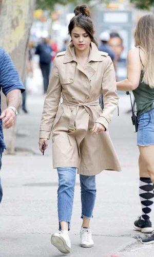 Selena Gomez luce la clásica gabardina
