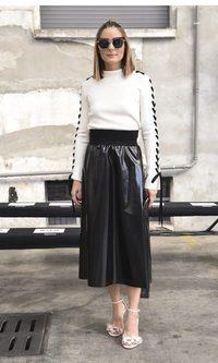 Olivia Palermo luce una falda larga de cuero
