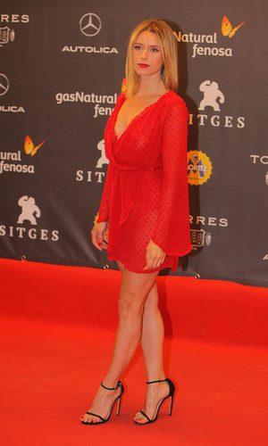 Manuela Vellés con un vaporoso vestido rojo