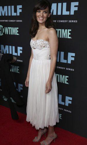 Frankie Shaw luce un vestido blanco palabra de honor midi