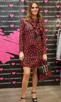 Irene Rosales con vestido y bolso a juego