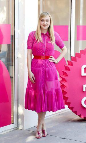Dakota Fanning: vestido fucsia con complemento rojo