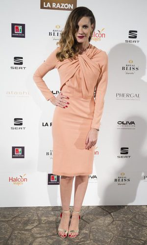 Elena Ballesteros con un vestido midi marcando tipo