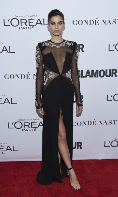 Sara Sampaio con un espectacular vestido negro
