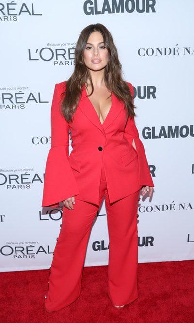 Ashley Graham con traje chaqueta rojo