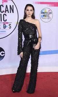 Maia Mitchell muy elegante en un mono negro