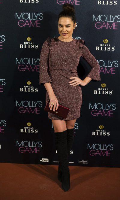 Eva Marciel con un vestido glitter granate