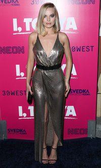 Margot Robbie con un maravilloso Versace