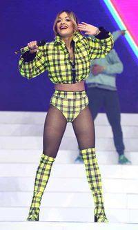 El look flúor de Rita Ora para cantar villancicos