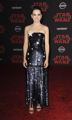 Daisy Ridley brilla con su vestido de estrellas