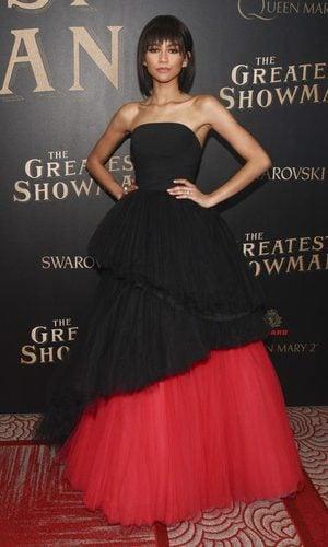 Zendaya con un romático vestido negro
