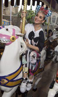 Katy Perry con un look juvenil