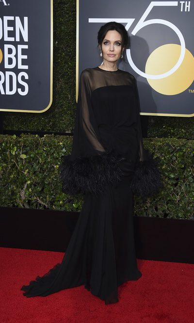Angelina Jolie con plumas