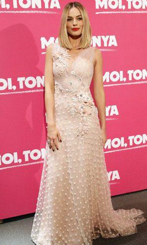 Margot Robbie se equivoca con el rosa palo