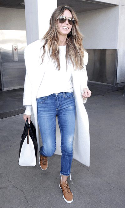 Heidi Klum acierta con una gabardina blanca