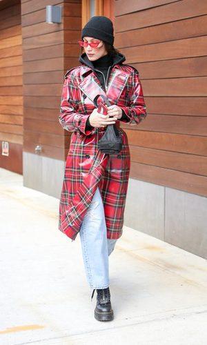 Bella Hadid apuesta por los cuadros escoceses