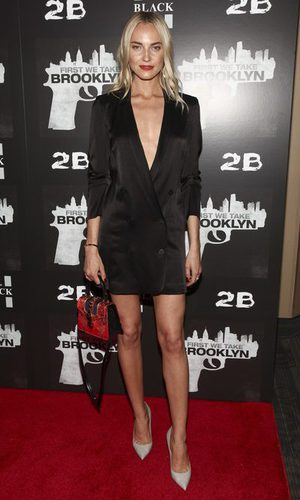 Kristin Olenik y la blazer vestido negra