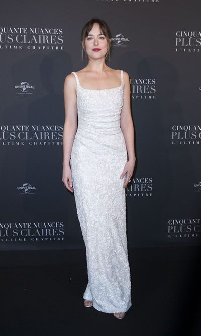 Dakota Johnson vestida de blanco en París