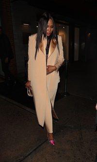 Naomi Campbell con un traje de lo más elegante