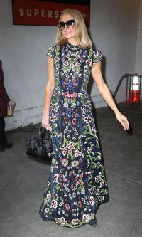 Paris Hilton rodeada de flores