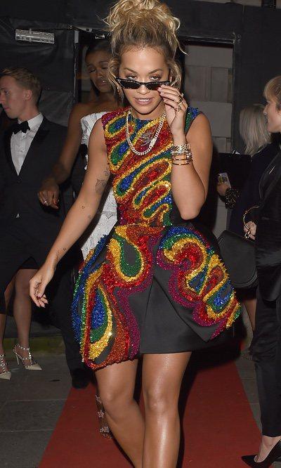 Rita Ora con un vestido brillante