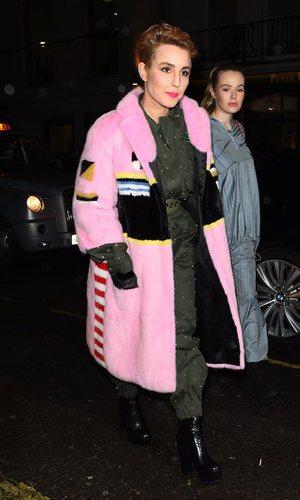 Noomi Rapace y llamativo abrigo rosa
