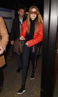 El negro y el rojo inundan el streetstyle de Gigi Hadid