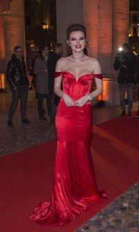 Bella Thorne deslumbra con un espectacular traje rojo