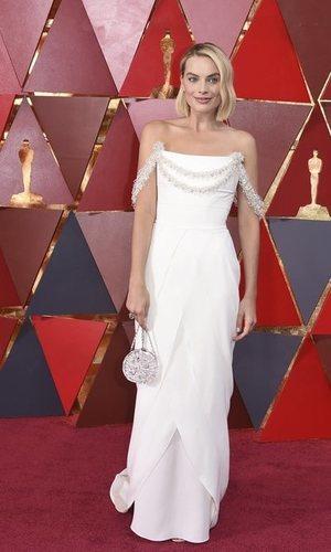 Margot Robbie vestida de blanco en los Oscar 2018
