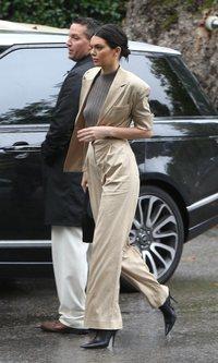 Kendall Jenner con un traje beige