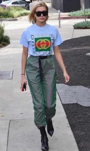 Hailey Baldwin con chándal y botines