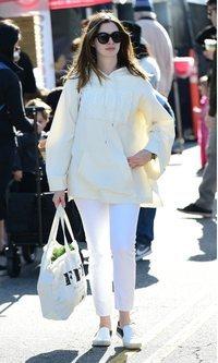 Anne Hathaway recibe la primavera de blanco