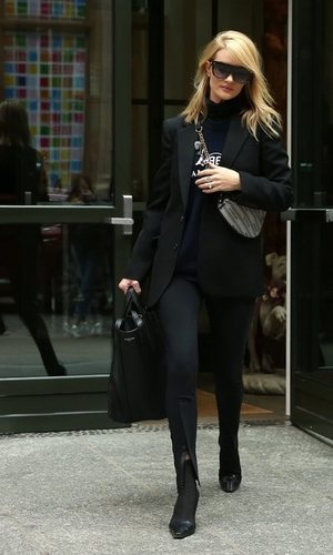 Rosie Huntington-Whiteley con un 'total black' en Nueva York