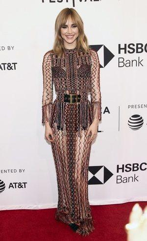 Suki Waterhouse con un vestido extravagante
