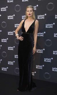 La elegancia del sobrio look de Toni Garrn