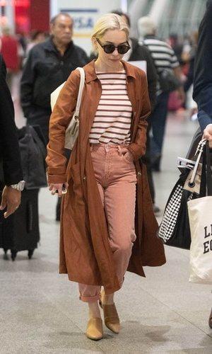 Emilia Clarke apuesta por una gabardina marrón