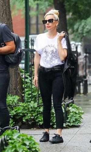 Lady Gaga sorprende con un look cañero