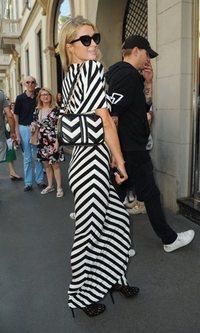 Paris Hilton con un maxi vestido