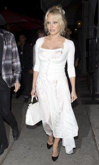 Pamela Anderson se viste de blanco